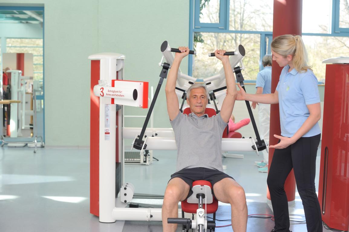 Kraft- oder Kraftausdauertraining an Kraftmaschinen im Rahmen der Sporttherapie