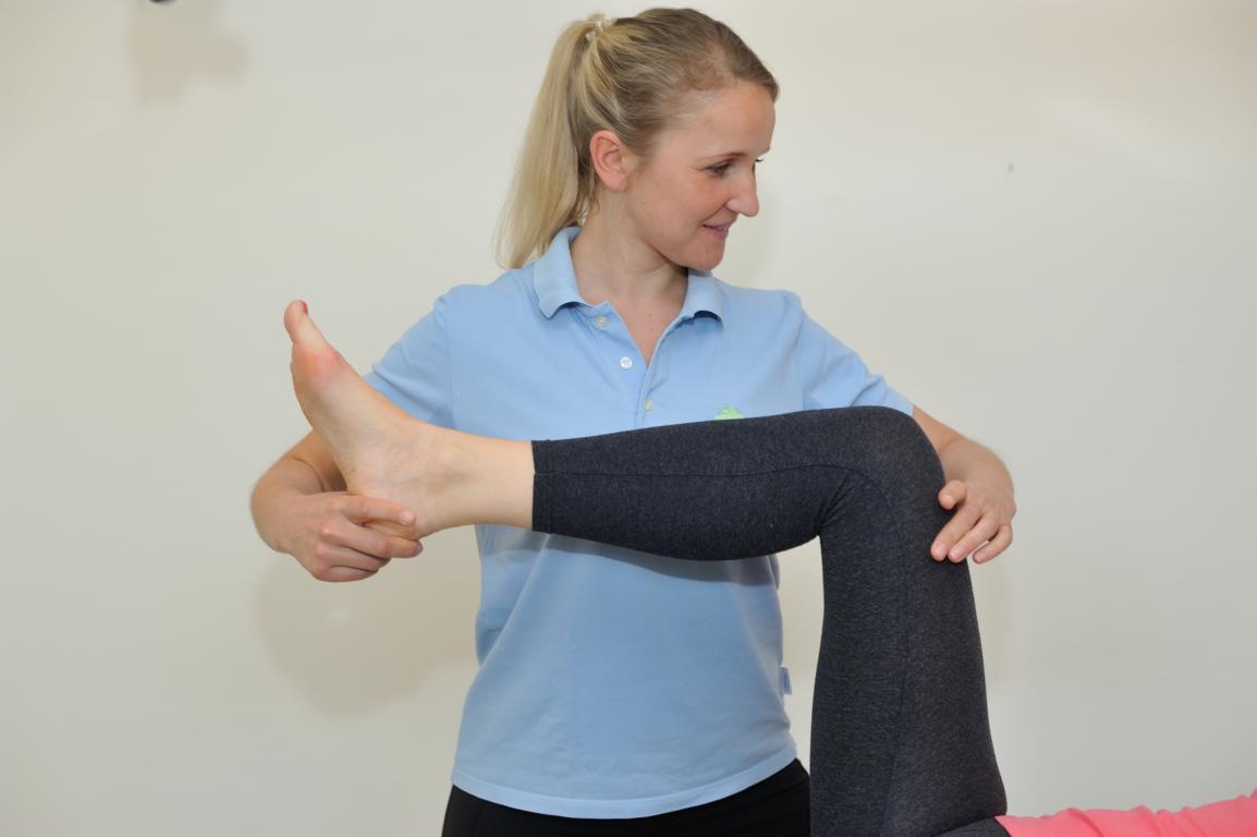 Physiotherapie im Rahmen der Rehabilitation nach einer Knie-OP